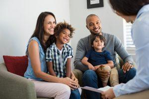 Junges Paar spricht im Kita Online Kurs mit einer Beraterin